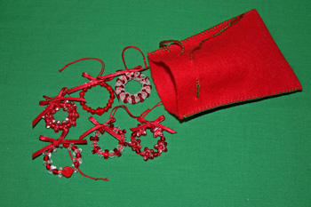 Easy-Christmas-Crafts-Beaded-Christmas-Wreath-Holiday-Red
