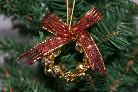 Easy-Christmas-Crafts-Jingle-Bell-Wreath-red-gold-on-Christmas-tree