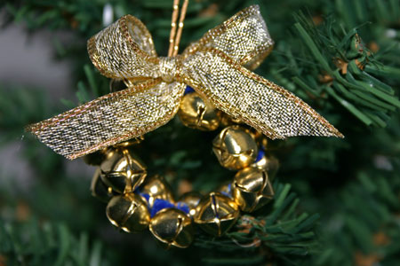 Easy Christmas Crafts Jingle Bell Wreath gold and gold on Christmas tree