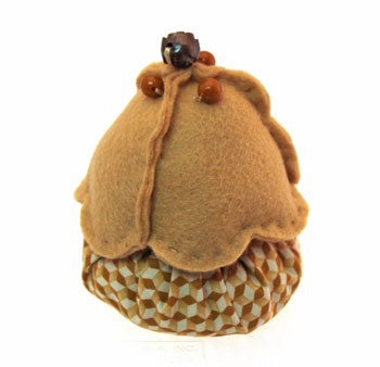 Easy Felt Crafts Cupcake Paperweight finished showing brown cupcake