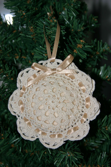 Easy felt crafts doily sachet tone on tree